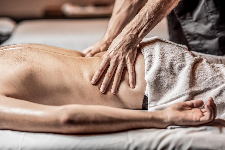 man-receiving-a-deep-massage-ckd7dfc